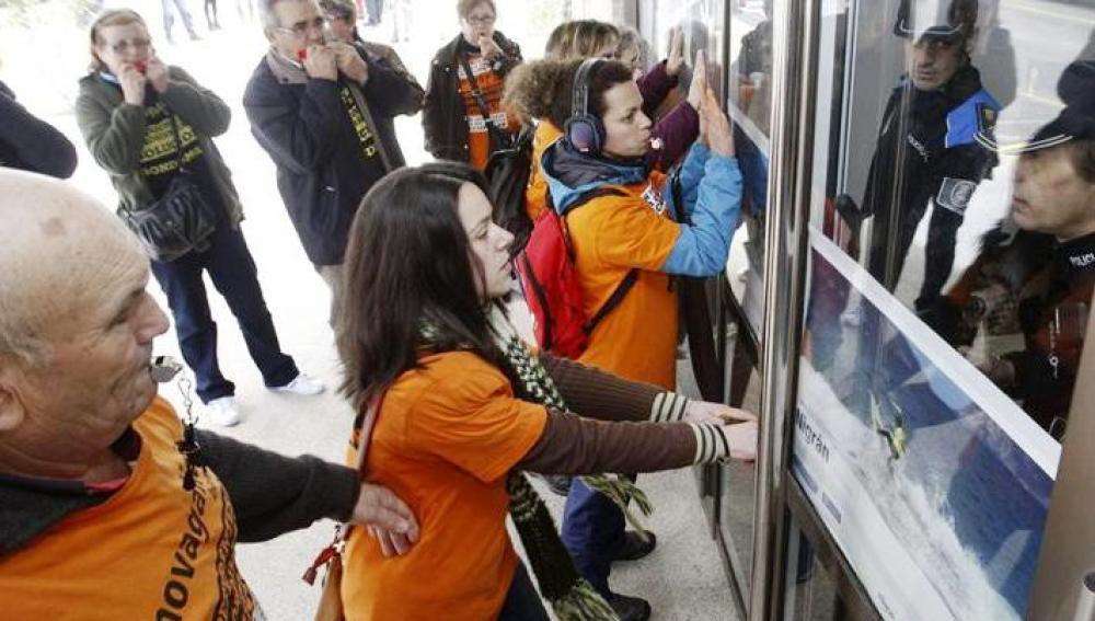 Afectados por las preferentes golpean las puertas del Ayuntamiento de Nigrán (Pontevedra)