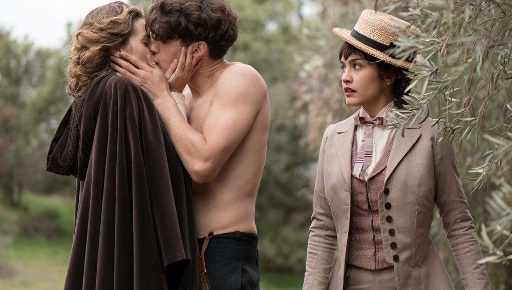 Julio y Alicia se besan ante la mirada de Maite