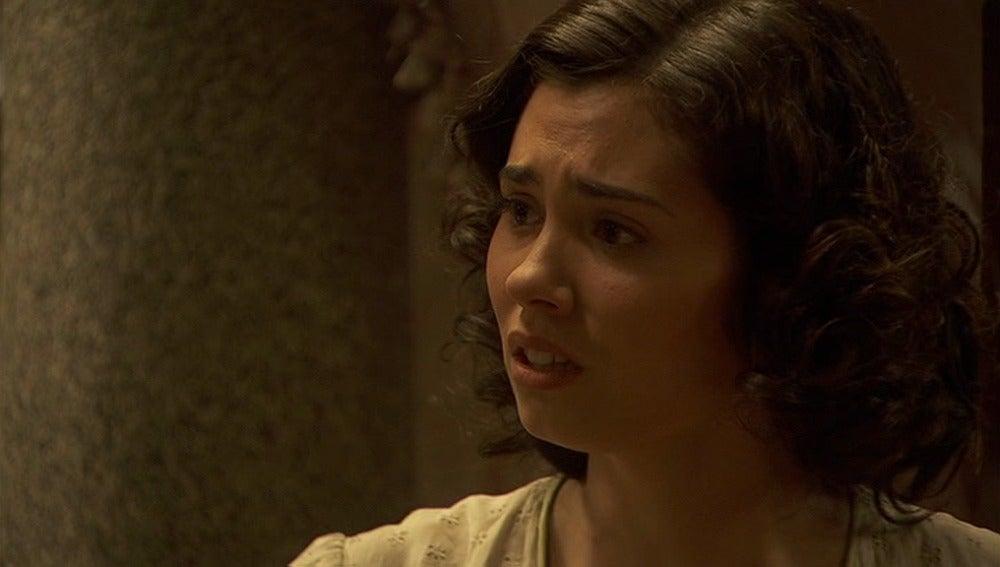 María cree que le han robado una joya