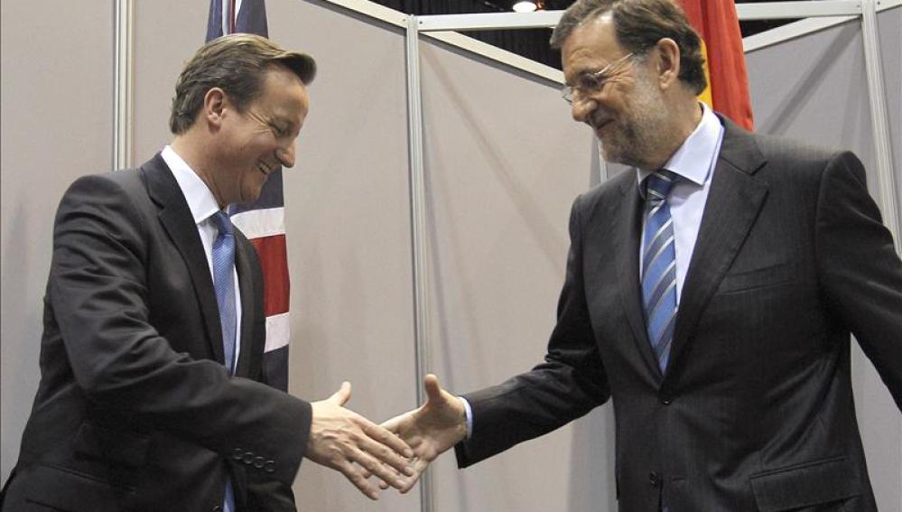 El presidente del Gobierno, Mariano Rajoy, saluda al primer ministro británico