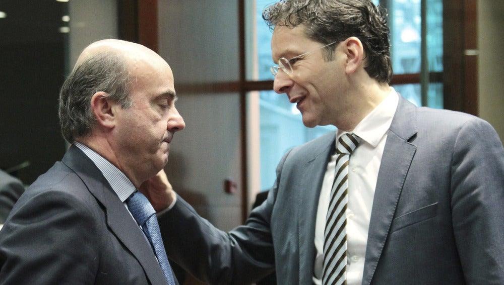 Luis de Guindos charla con el presidente del Eurogrupo, Jeroen Dijsselbloem