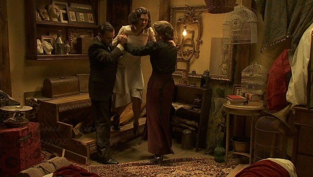 Fernando libera la pierna herida de María