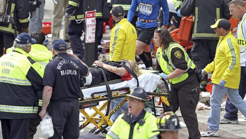 Rescatistas atendiendo a un herido después de una explosión
