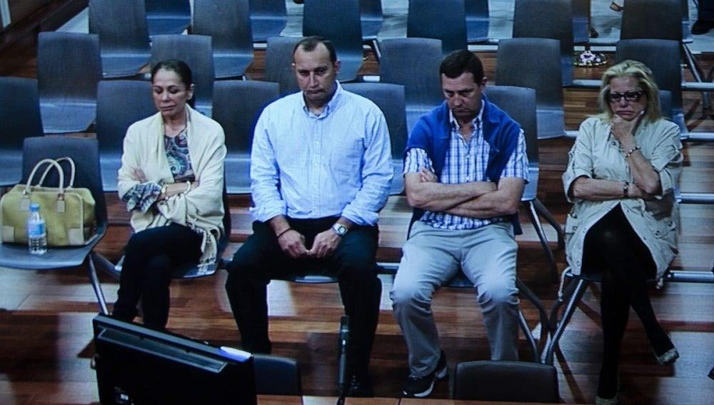 Isabel Pantoja sentada en el banquillo con Zaldívar
