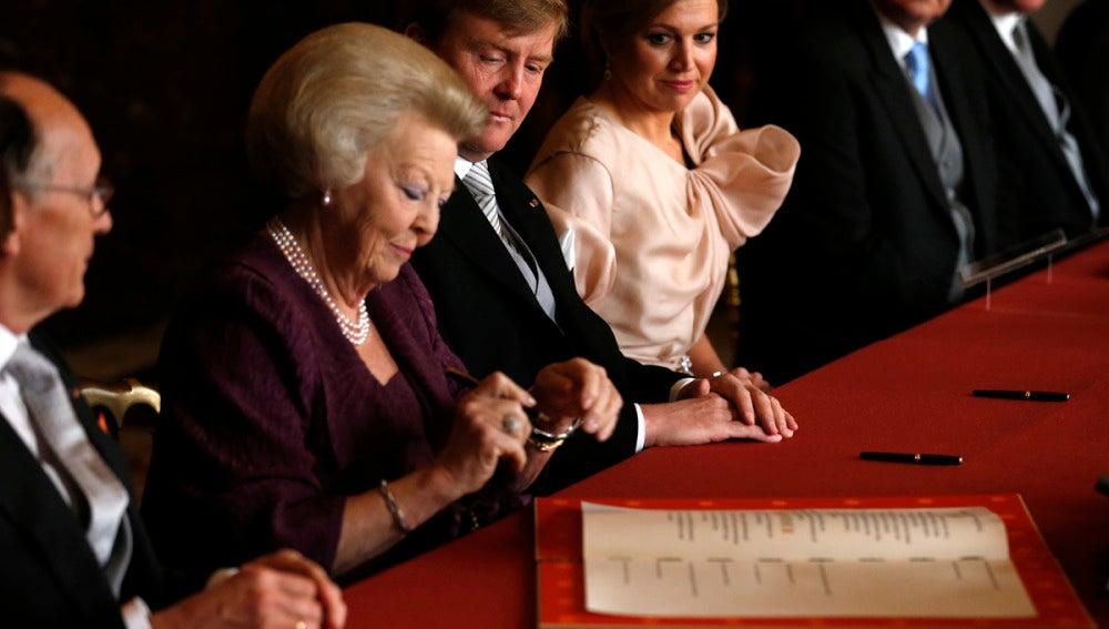La reina Beatriz de Holanda, con gesto satisfecho un segundo antes de firmar la abdicación