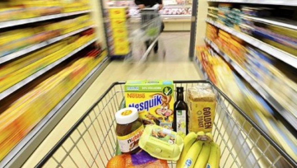 Un carrito de la compra en un pasillo de un supermercado
