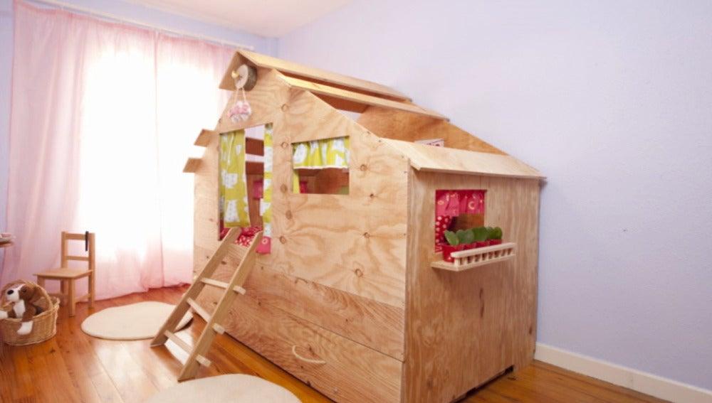 Una casita de madera en la habitación