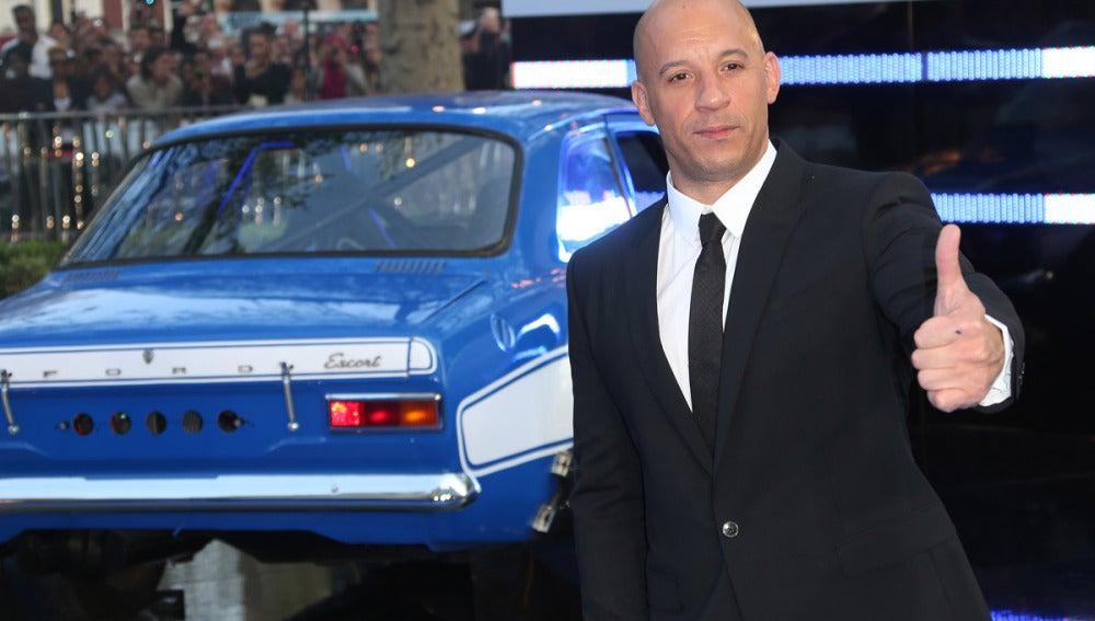 Dominic Toretto junto a uno de 'sus coches'
