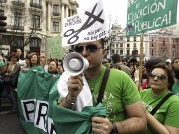 Un manifestante clama contra la LOMCE