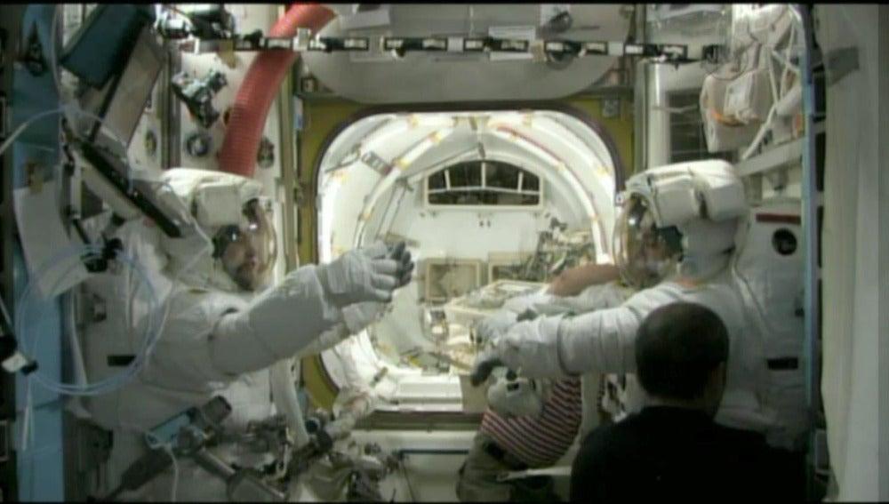 Astronautas intentan reparar una fuga