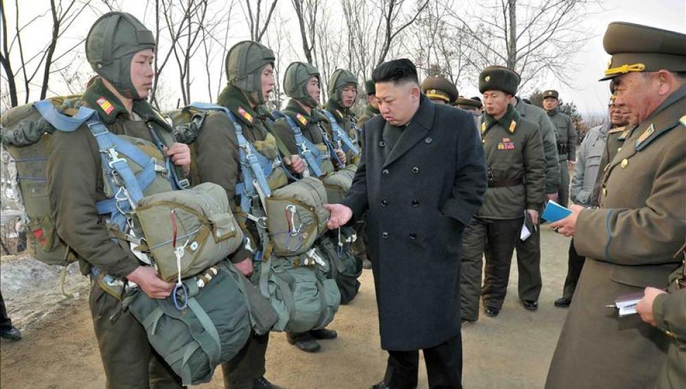 Kim Jong Un con un grupo de militares