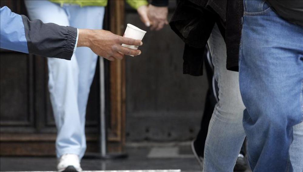 Una persona pide limosna en el centro de Valencia