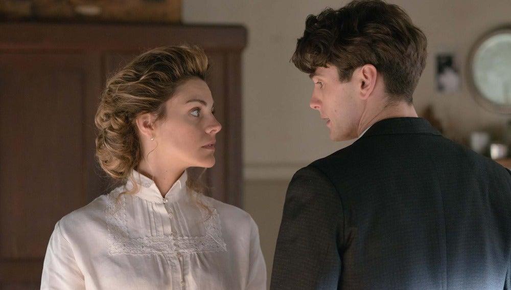 Alicia confiesa a Julio que se ha acostado con Diego por miedo
