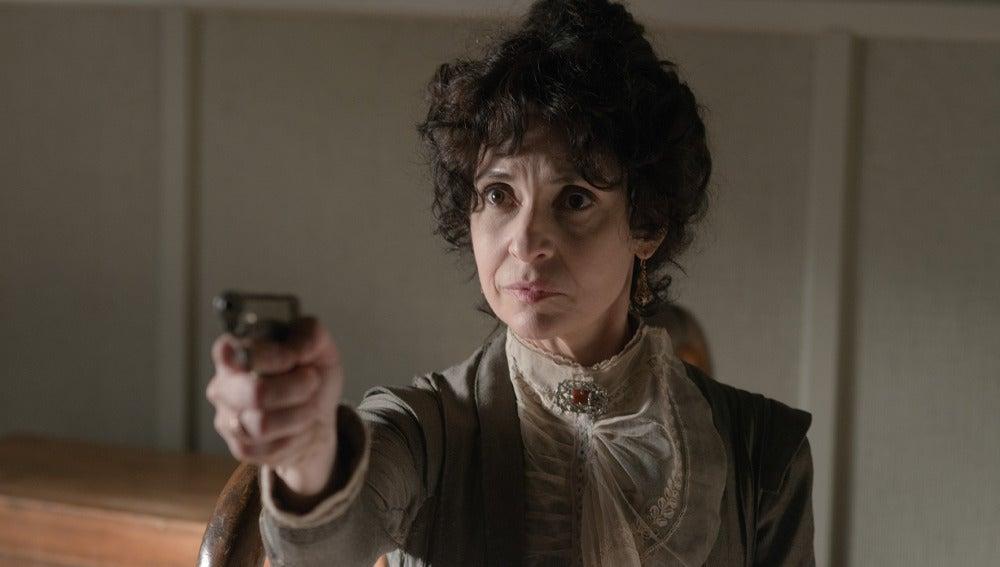 Doña Teresa apunta con una pistola