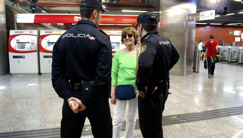 Agentes del Cuerpo vigilando en el Metro de Madrid