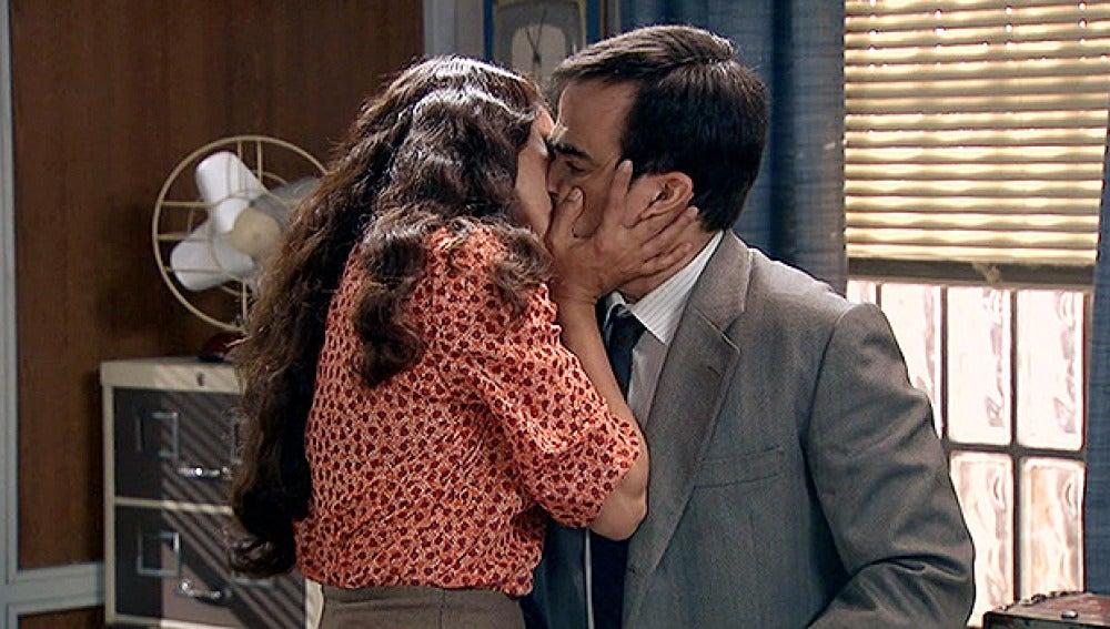 Roberta besa a Tomás