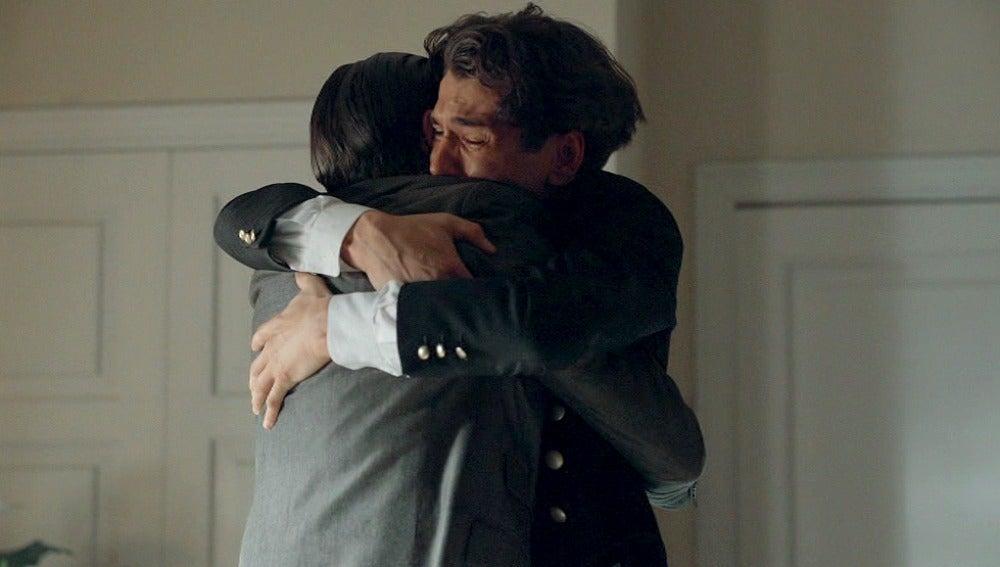 Julio abraza a Andres