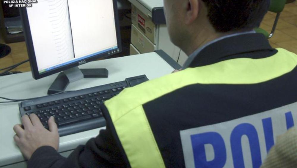 Un agente de Policía Nacional realizando busquedas de pornografía infantil a través de Internet
