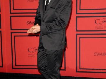 Ethan Hawke, guapísimo con traje y corbata en negro