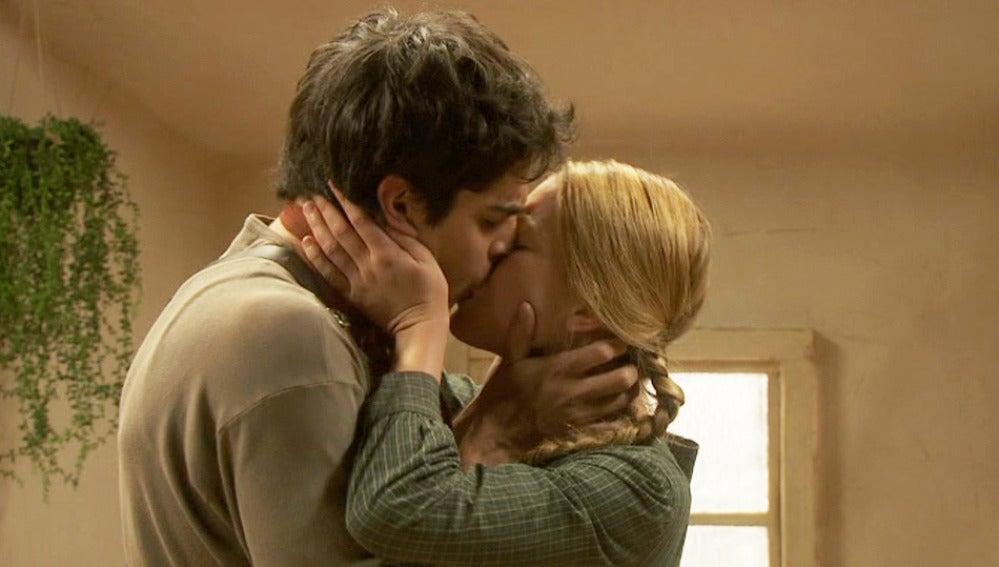 Isidro le confiesa a Rita sus sentimientos y acaban besándose