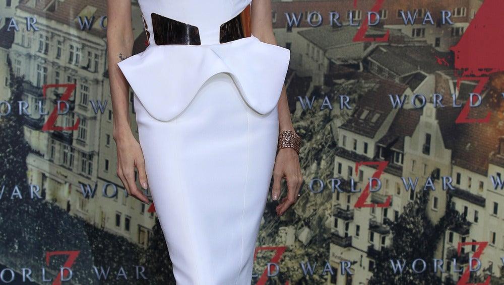 Deslumbrante estaba Angelina Jolie con este vestido en blanco