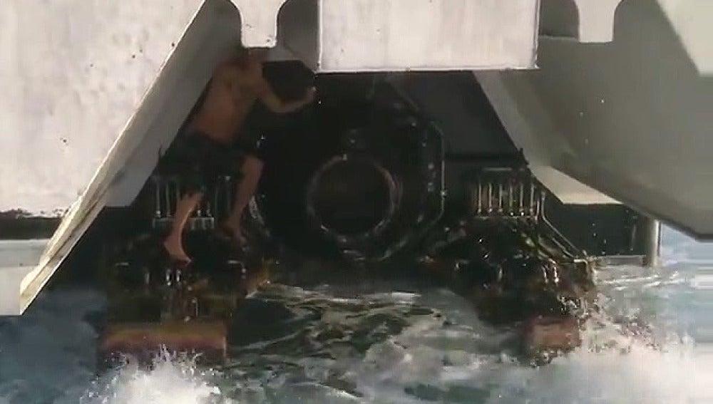 Rescatan a un inmigrante escondido en las hélices de un ferry