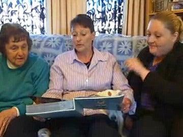 Leanne Rowe junto con sus familiares