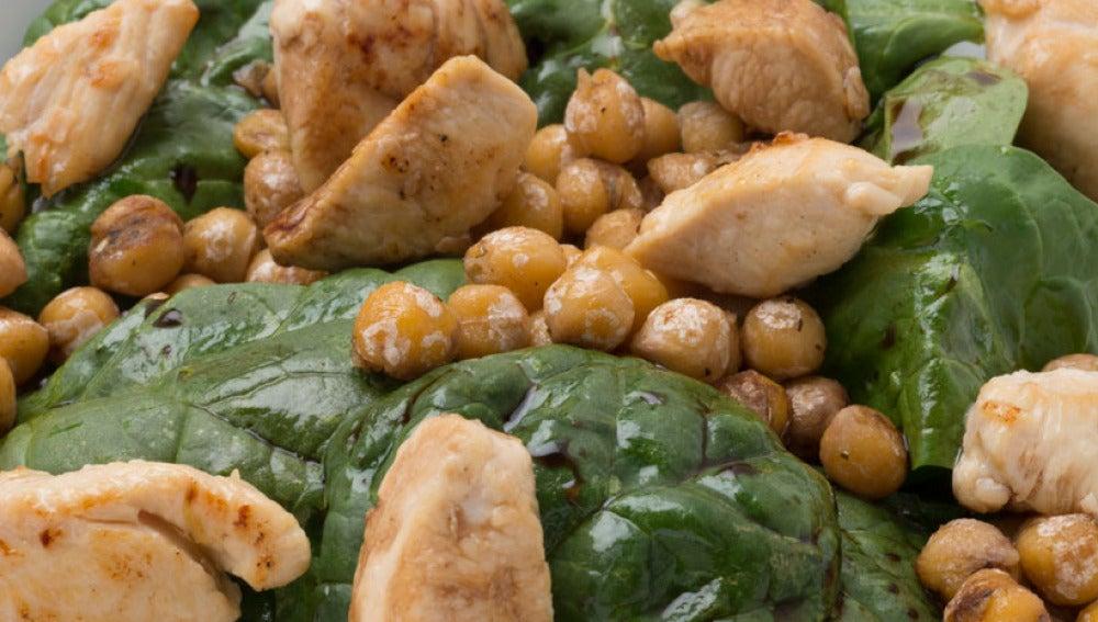 Ensalada de espinacas, pollo y garbanzos tostados