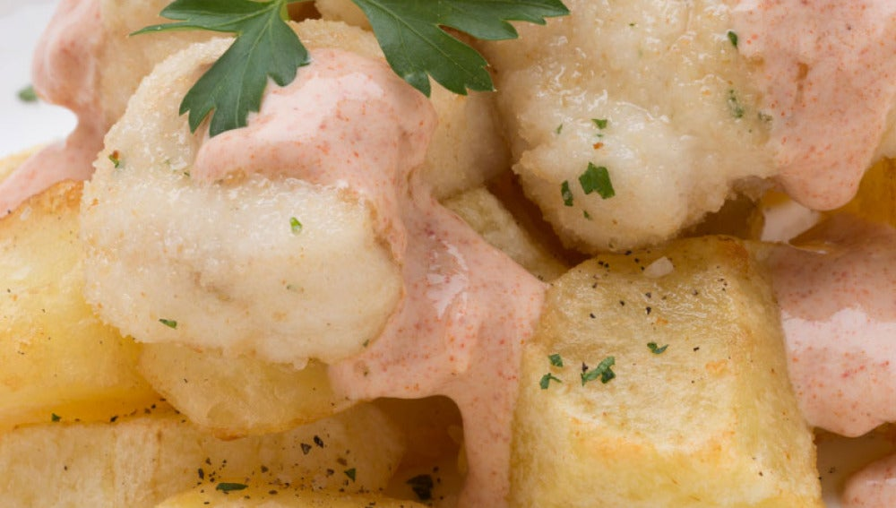 Rape empanado con patatas bravas