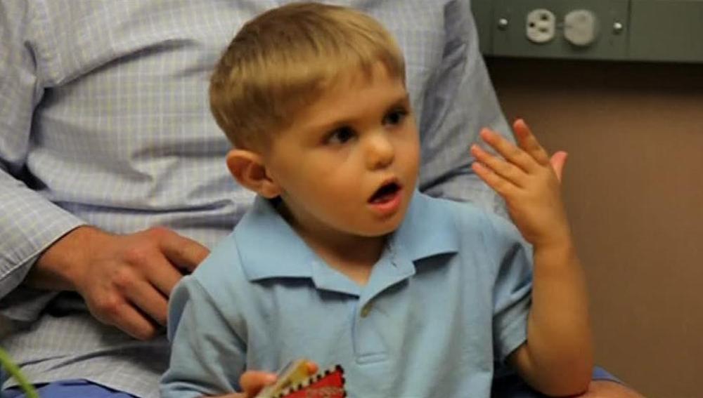 Un niño de Carolina del Norte es capaz de oír la voz de su padre por primera vez después de recibir un implante auditivo