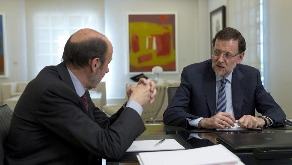 Rajoy y Rubalcaba, durante la reunión en La Moncloa