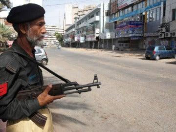 Un policía paquistaní hace guardia en una calle de Karachi