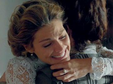 Alicia abraza a su madre