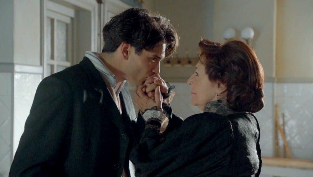 Julio besa la mano de Ángela