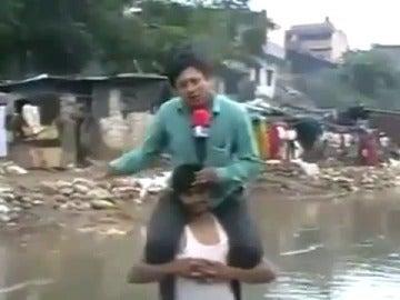 Un reportero indio 'a cabellito'