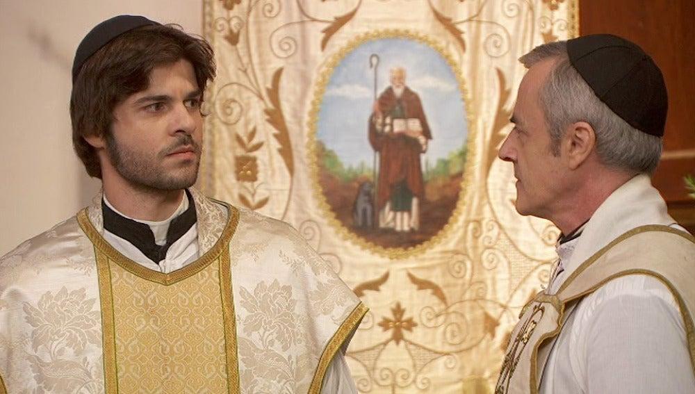 Don Celso desvela ante todo el pueblo que Gonzalo es realmente Martín