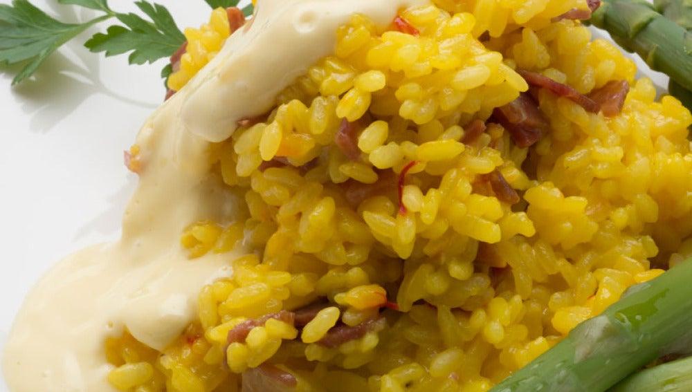 arroz con jamón y espárragos verdes