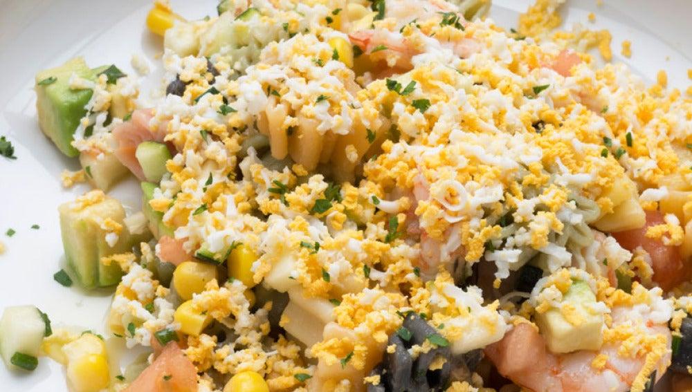 ensalada de pasta, verduras y gambas
