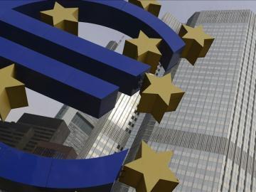 Vista del logotipo del euro frente a la sede del Banco Central Europeo (BCE)