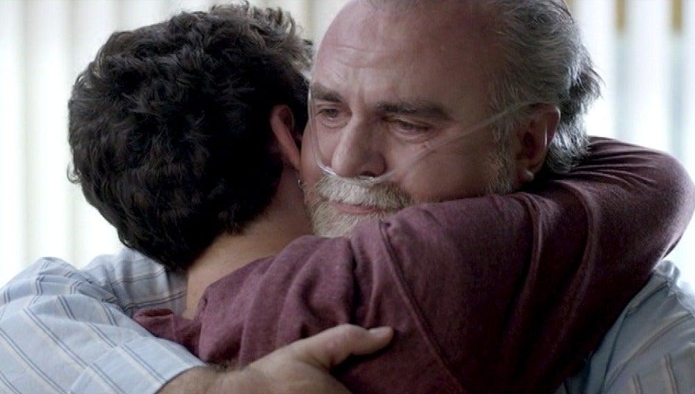 Benito abraza a Lleó