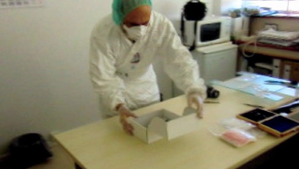 El forense Etxeberría abre la caja con los huesos de Las Quemadillas