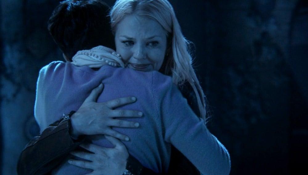 Emma descubre que Mary Margaret le salvó la vida