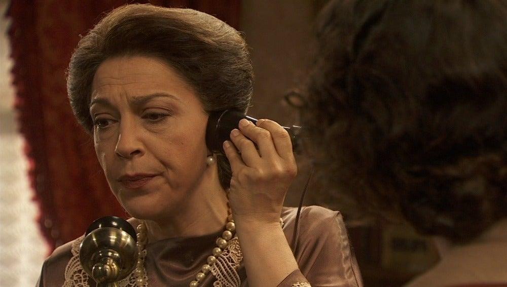 Francisca escucha la conversación de Carmen y se pone en contacto con el internado
