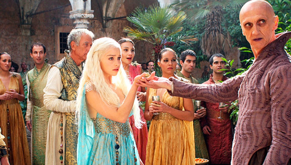Daenerys Targaryen saluda a un mago en Qarth