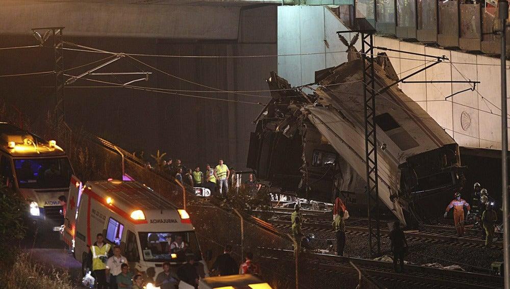 Un vagón descarrilado en el accidente de Santiago