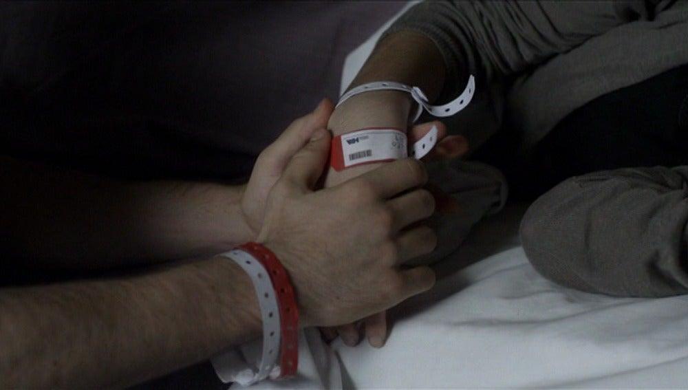Lleó quita a Cristina su pulsera roja