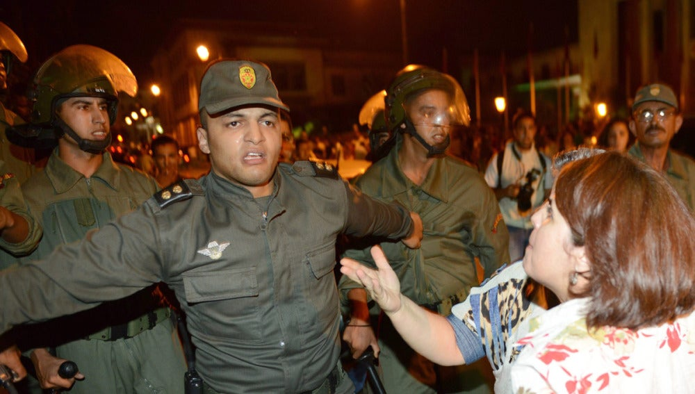 Manifestantes discuten con la policía