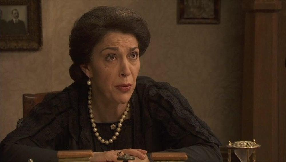 Francisca sospecha que Alfonso le oculta algo
