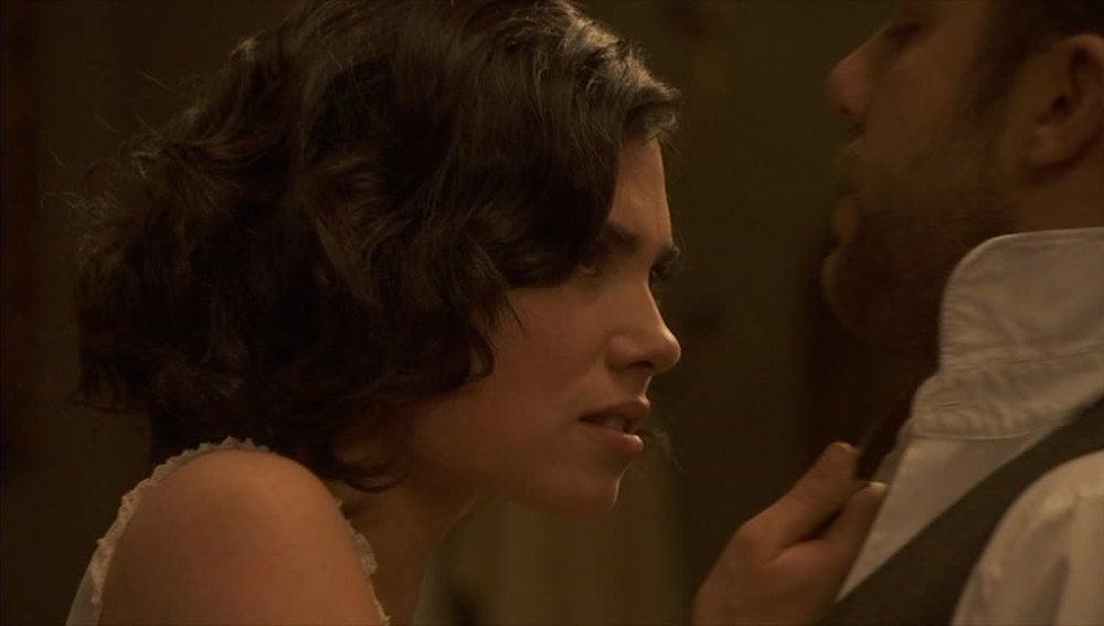 Fernando fuerza a María, que se defiende amenazándolo de muerte