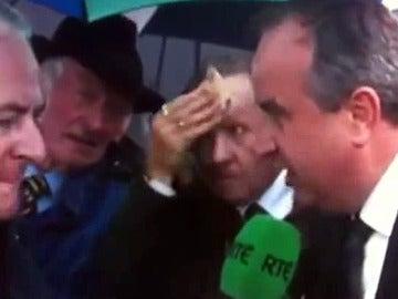 Un hombre usa un billete de 50 euros para secarse la cara